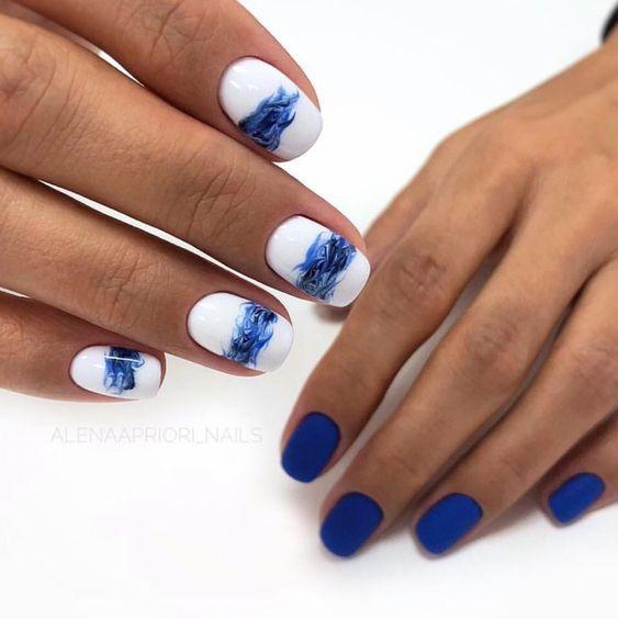 море в дизайне ногтей