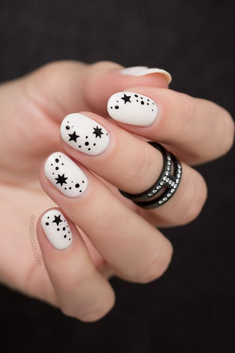 черные звезды на ногтях